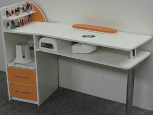 стол 300x227 - Выбираем необходимое маникюрное оборудование для создания полноценного кабинета