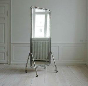 зеркало Китай 300x295 - Парикмахерские зеркала. Виды, расположение в салоне и производители