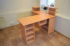 образный стол для маникюра 300x199 - Выбираем маникюрный стол. Главный элемент рабочего пространства мастера по маникюру